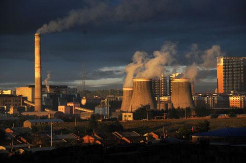 资料图:这是煤城鹤岗的重工业基地(2012年9月24日摄)。新华社记者 王凯 摄